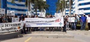 Servidores do Detran/RO se reúnem em frente ao CPA para cobrar do governo melhoria salarial; categoria amarga mais de 08 anos de defasagem